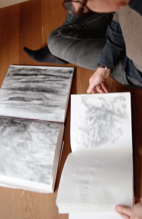 Künstlerin am Boden mit ihren Proben an künstlerischer Forschung